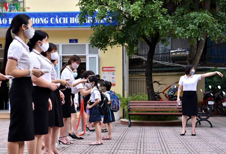 kindergarten, primary school pupils head back to school in hanoi hinh 11