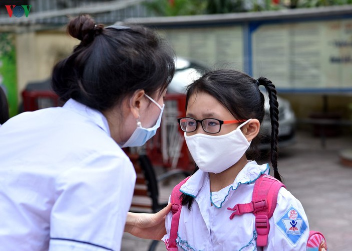 kindergarten, primary school pupils head back to school in hanoi hinh 12