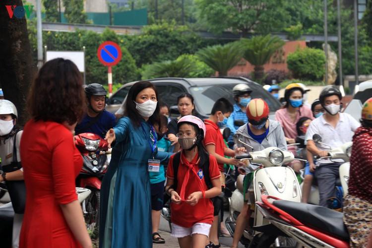 kindergarten, primary school pupils head back to school in hanoi hinh 1