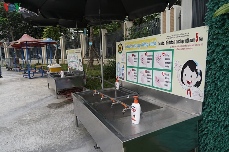 kindergarten, primary school pupils head back to school in hanoi hinh 18