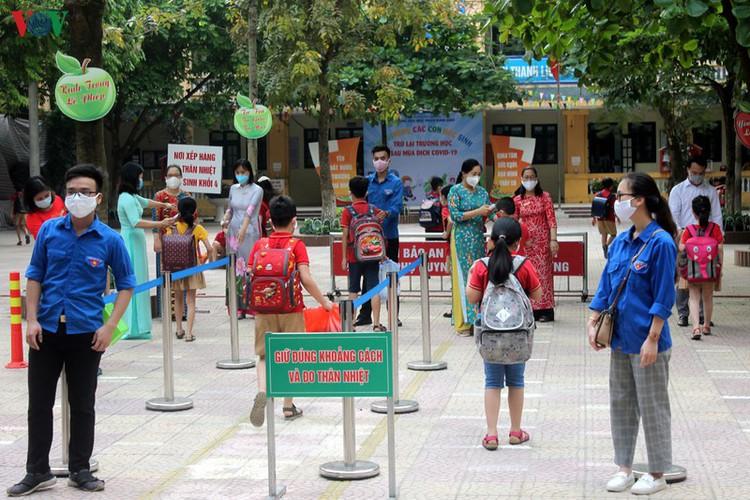 kindergarten, primary school pupils head back to school in hanoi hinh 2