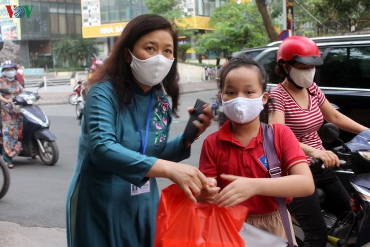 kindergarten, primary school pupils head back to school in hanoi hinh 3