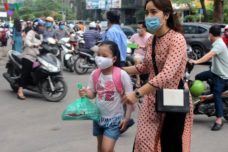 kindergarten, primary school pupils head back to school in hanoi hinh 4