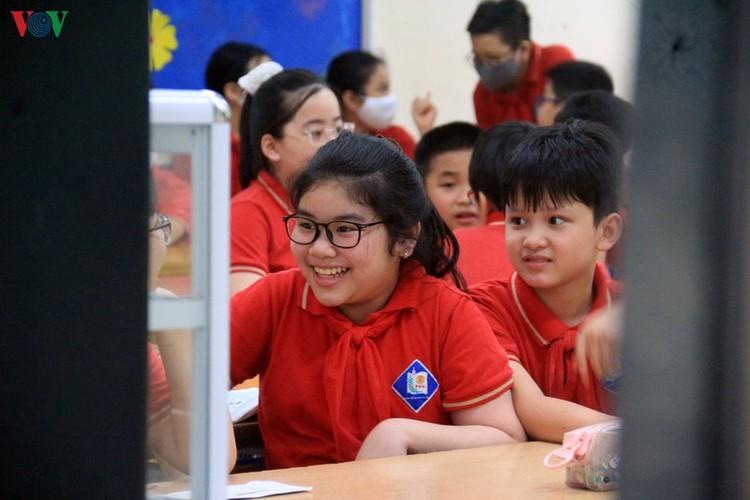 kindergarten, primary school pupils head back to school in hanoi hinh 7