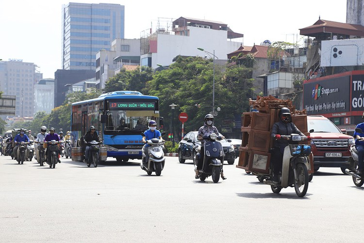 hanoi swelters in the midst of a summer heat wave hinh 14
