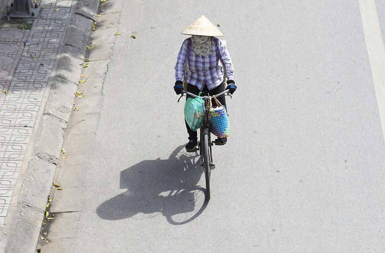 hanoi swelters in the midst of a summer heat wave hinh 6