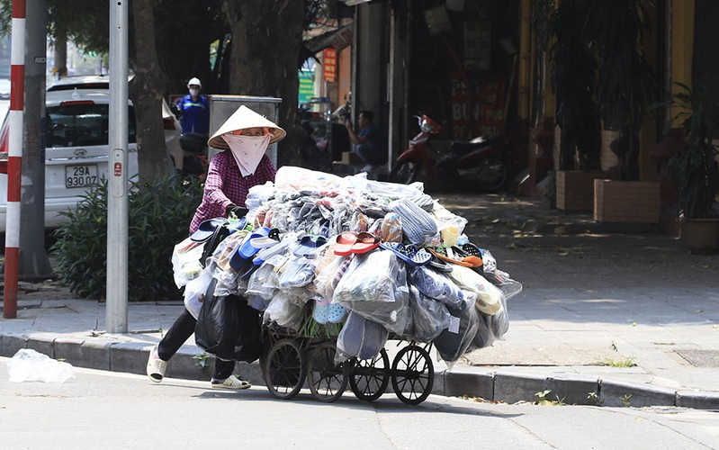 hanoi swelters in the midst of a summer heat wave hinh 9