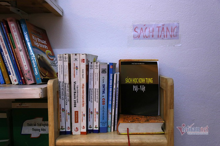 free library in hanoi proves popular among local readers hinh 10