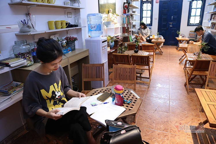 free library in hanoi proves popular among local readers hinh 1