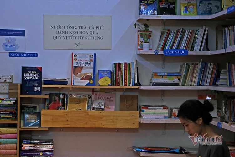 free library in hanoi proves popular among local readers hinh 2
