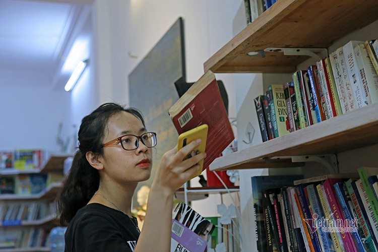 free library in hanoi proves popular among local readers hinh 5