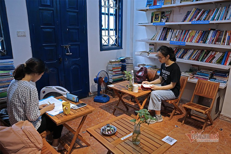 free library in hanoi proves popular among local readers hinh 6