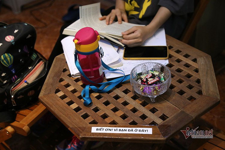 free library in hanoi proves popular among local readers hinh 9