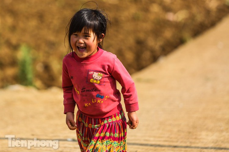 images of playful children on stone plateau in ha giang hinh 14