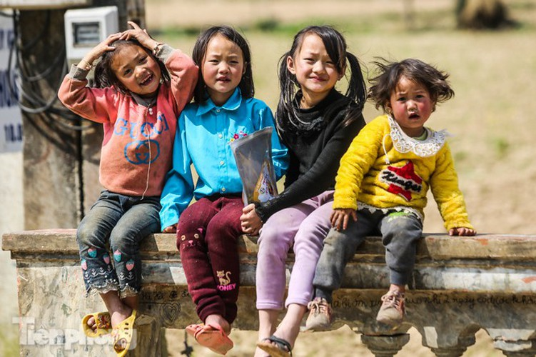 images of playful children on stone plateau in ha giang hinh 2