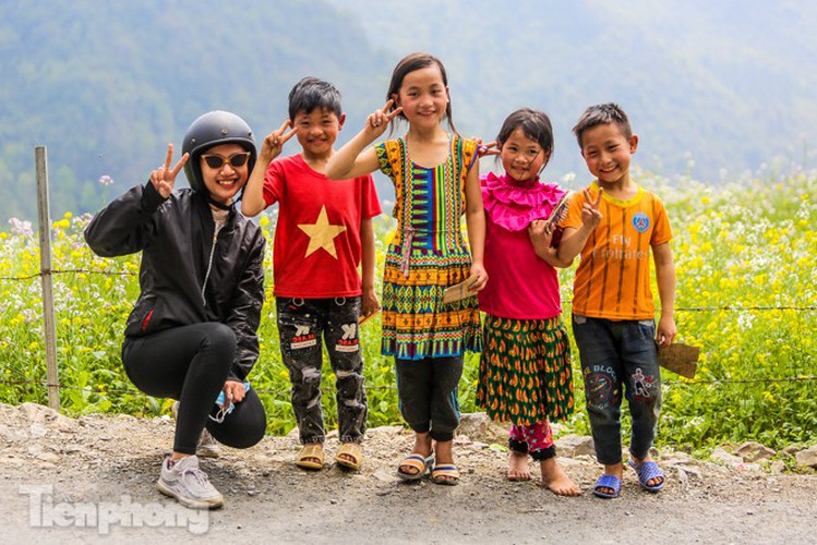 images of playful children on stone plateau in ha giang hinh 4