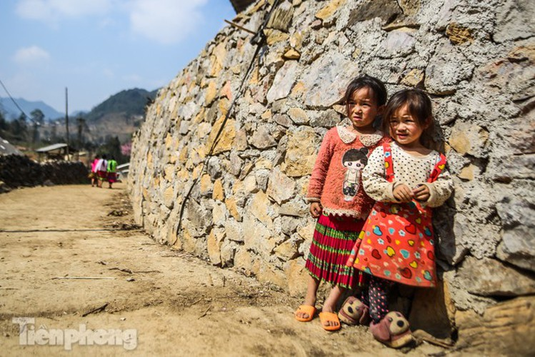 images of playful children on stone plateau in ha giang hinh 6