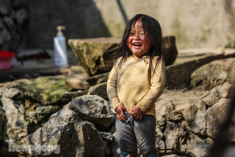 images of playful children on stone plateau in ha giang hinh 9
