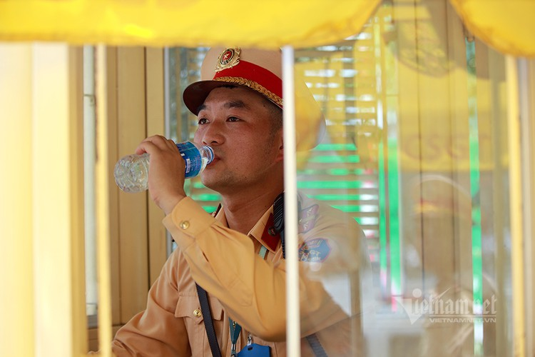 hanoians seek measures to cope with prolonged heat wave hinh 2