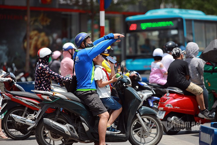 hanoians seek measures to cope with prolonged heat wave hinh 9