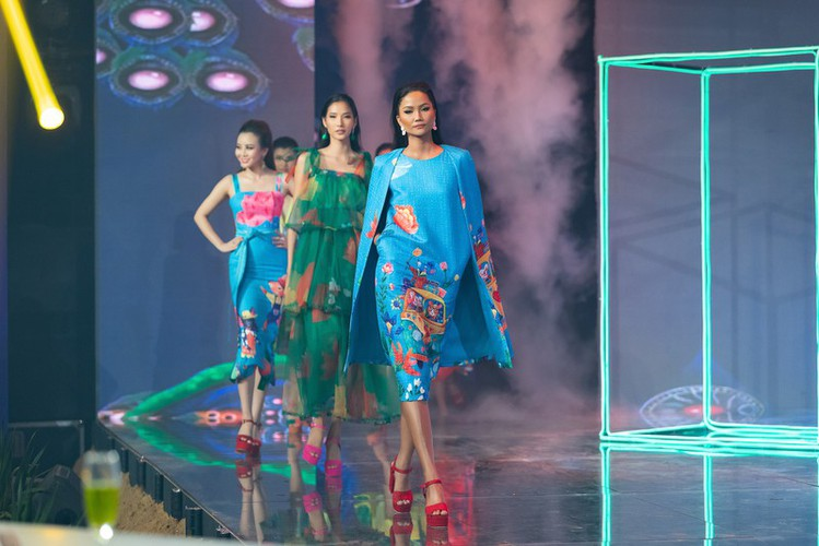 beauty queens return to fashion show following covid-19 epidemic hinh 1