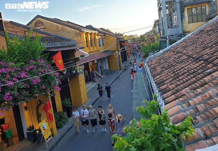 vibrant atmosphere returns to hoi an's old quarter following re-opening hinh 1