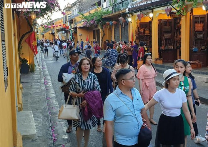 vibrant atmosphere returns to hoi an's old quarter following re-opening hinh 2
