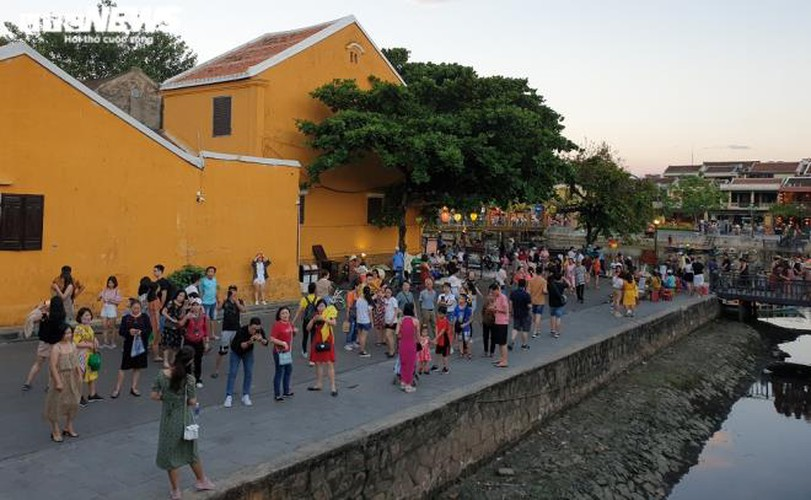 vibrant atmosphere returns to hoi an's old quarter following re-opening hinh 3