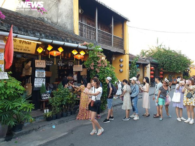 vibrant atmosphere returns to hoi an's old quarter following re-opening hinh 7