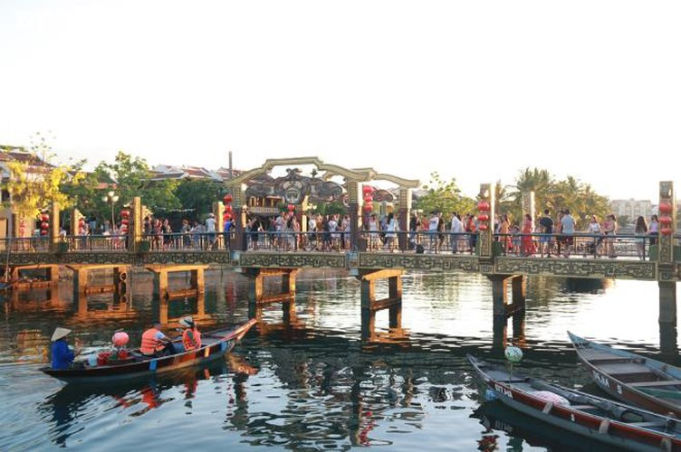 vibrant atmosphere returns to hoi an's old quarter following re-opening hinh 9