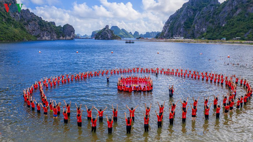 thousands enthusiastic about yoga day in ha long city hinh 12