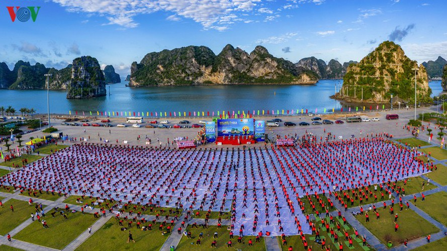 thousands enthusiastic about yoga day in ha long city hinh 1
