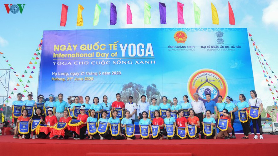 thousands enthusiastic about yoga day in ha long city hinh 2