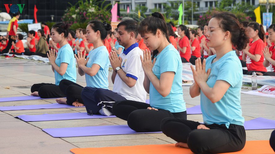 thousands enthusiastic about yoga day in ha long city hinh 3