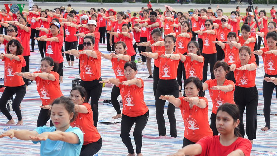 thousands enthusiastic about yoga day in ha long city hinh 4