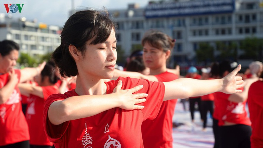 thousands enthusiastic about yoga day in ha long city hinh 7