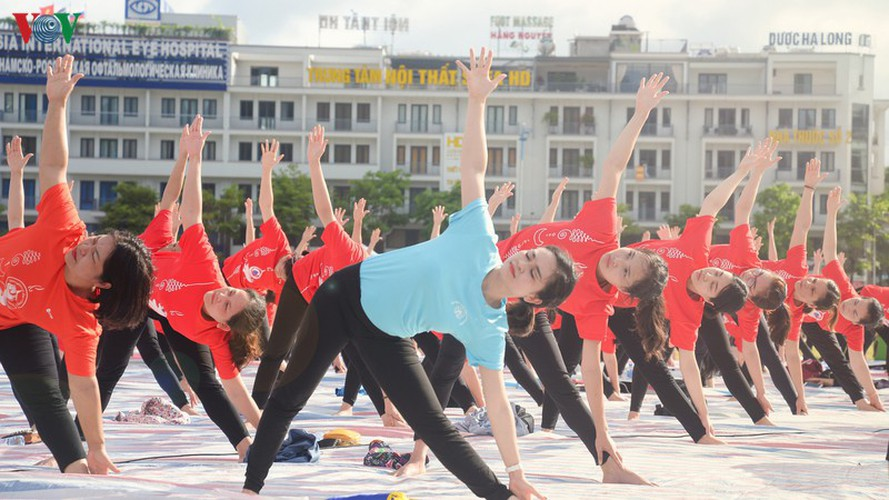 thousands enthusiastic about yoga day in ha long city hinh 9