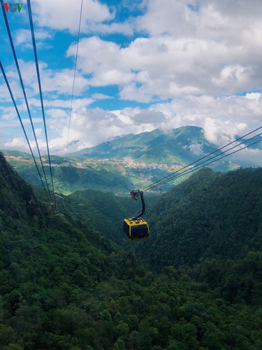 romantic valley seen from fansipan cable car hinh 1