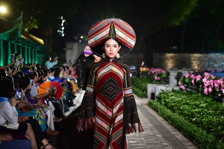 ao dai displaying vietnamese cultural heritage on show in hanoi hinh 2