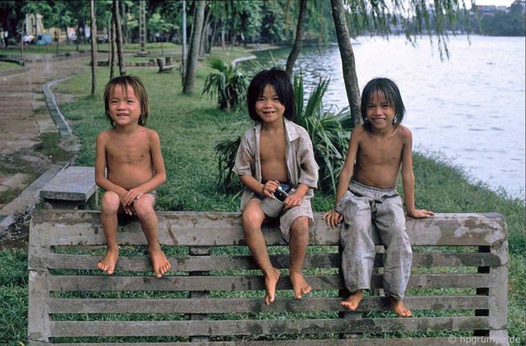 peaceful moments captured in scenes from 1990s hanoi hinh 11