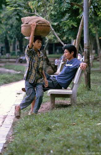 peaceful moments captured in scenes from 1990s hanoi hinh 12