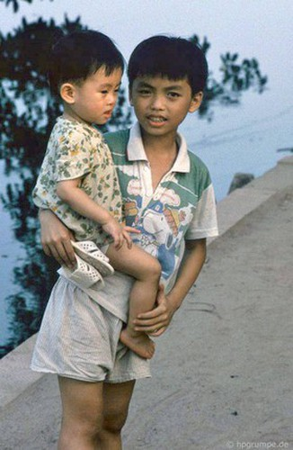 peaceful moments captured in scenes from 1990s hanoi hinh 14