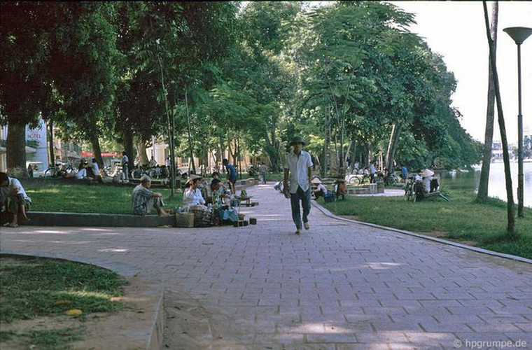 peaceful moments captured in scenes from 1990s hanoi hinh 1