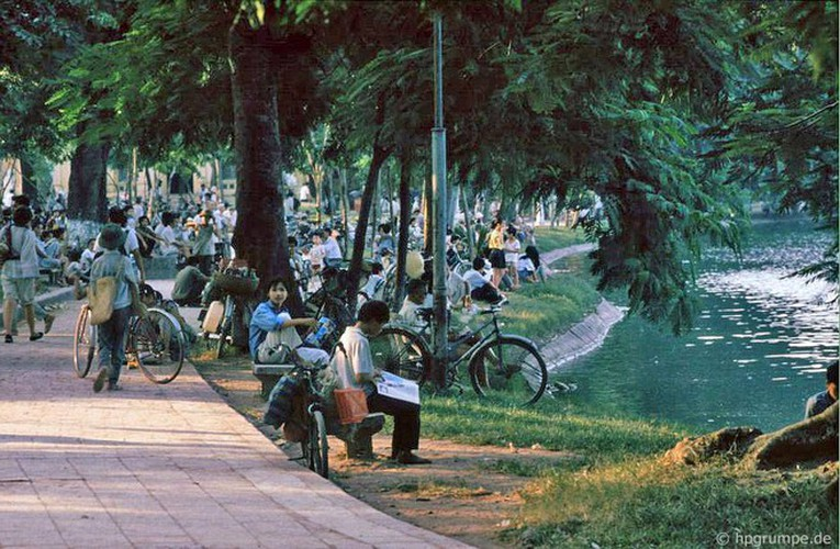 peaceful moments captured in scenes from 1990s hanoi hinh 2