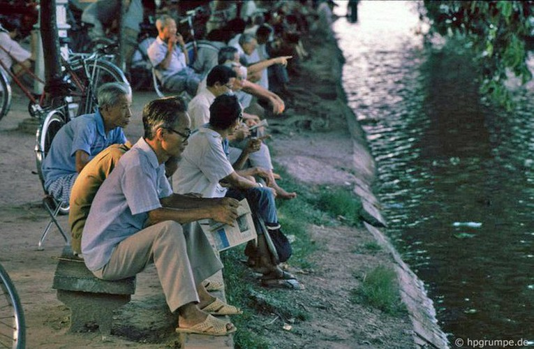 peaceful moments captured in scenes from 1990s hanoi hinh 3