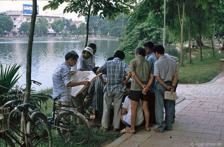 peaceful moments captured in scenes from 1990s hanoi hinh 4