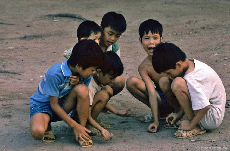peaceful moments captured in scenes from 1990s hanoi hinh 6