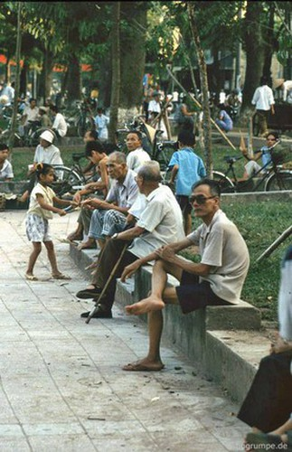 peaceful moments captured in scenes from 1990s hanoi hinh 8
