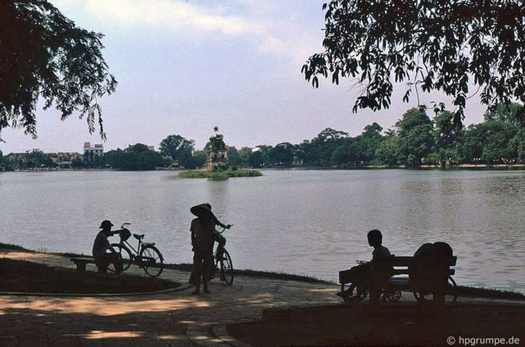 peaceful moments captured in scenes from 1990s hanoi hinh 9