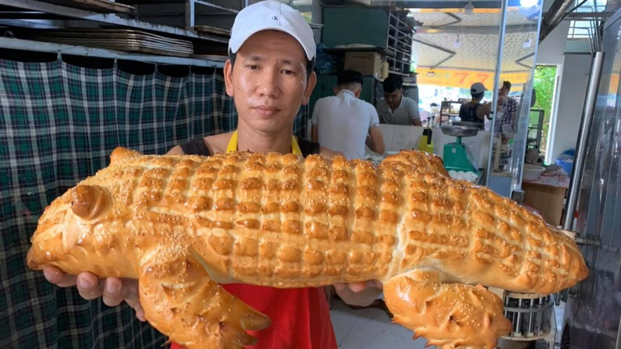 giant crocodile-shaped bread excites local diners hinh 1
